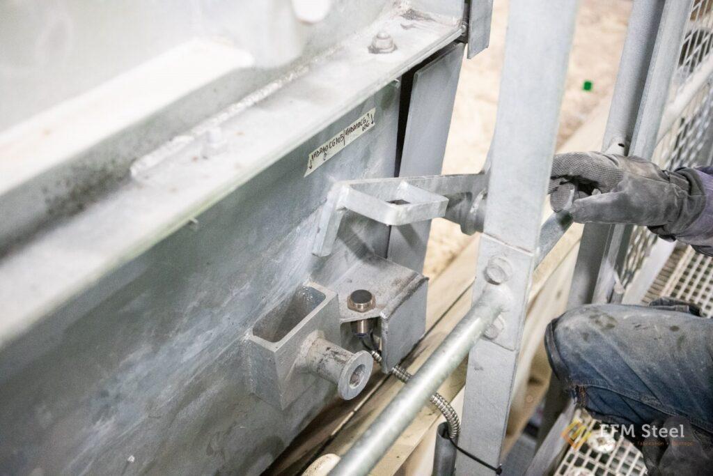 Détecteur de position volet placé sur la hotte en sortie d'extracteur sous chaudière.