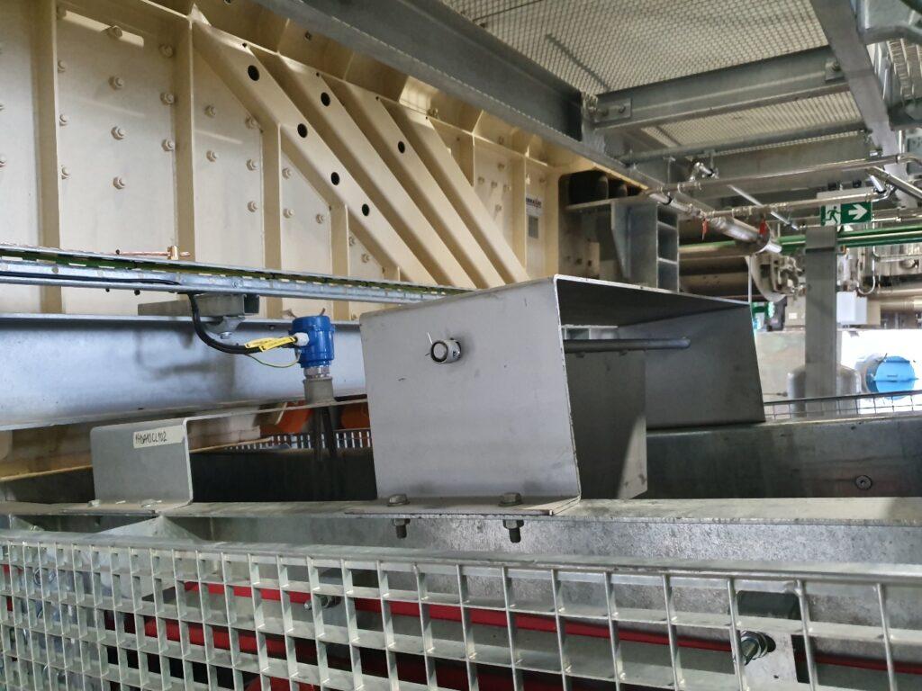 Alimentation du transporteur T1 par le scalpeur Vibrant situé en sortie d'extracteur sous chaudière. Sonde de bourrage et détecteur de gros objet actionné au moyen d'un volet pivotant.